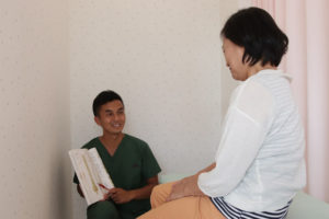 腰痛の原因を説明する様子