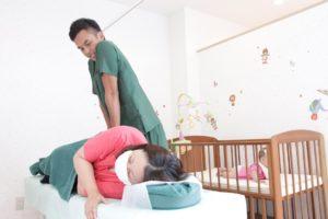 子供と一緒に産後骨盤矯正を受ける様子